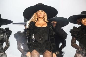 Beyoncé Wins 2016 CFDA Fashion Icon Award