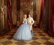 La robe de princesse et les slippers en verre pour Lily James dans Cendrillon