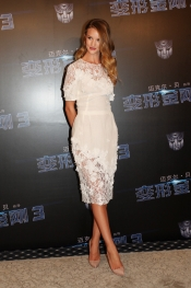 Rosie Huntington-Whiteley Shangai look