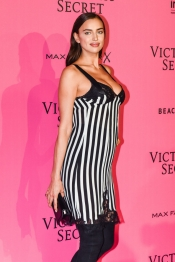 Irina Shayk, pregnant on Victoria's Secret Show in Paris